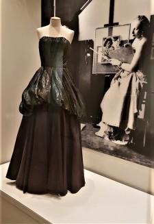 Vestido de la época y de Lempicka trabajando en Madre e hijo (1931)
